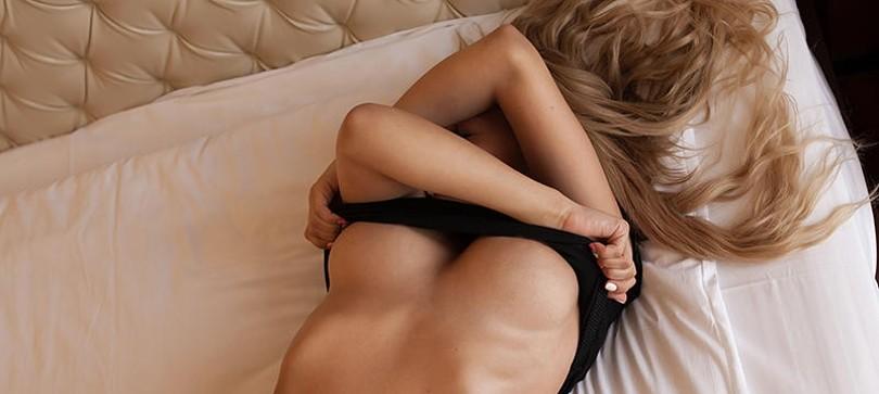 Die Brüste einer Frau verwöhnen